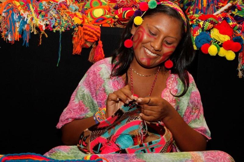 Artesana Venezolana Wayúu manufacturando hermoso bolso de tela - Arte y Artesanía Venezolana presente en el Mundo