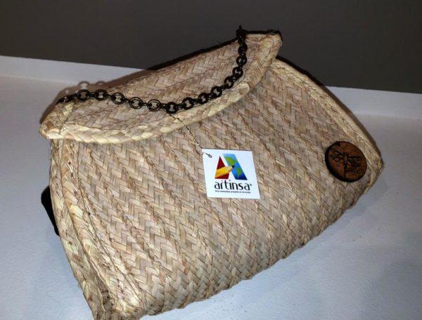 Bolso con cadena, intervenido, artesanía Margariteña, cómodo y fácil de llevar.