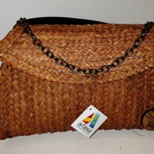 Un accesorio de moda femenina venezolana única, muy cómoda, útil y fácil de llevar, para lucir un estilo cálido, tropical y artístico, al mejor estilo venezolano. Diseño oscuro, forma ovalada